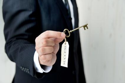 成功の鍵を持つビジネスマン