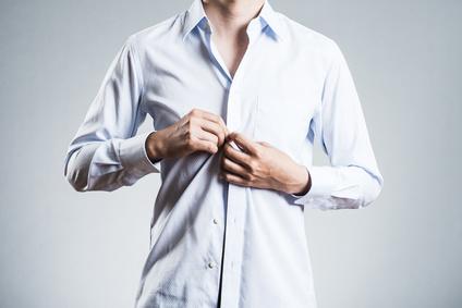 シャツを着ている男性