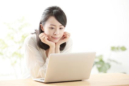 パソコン 考える女性