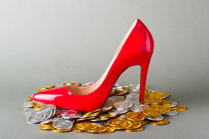 お金と赤いハイヒール
