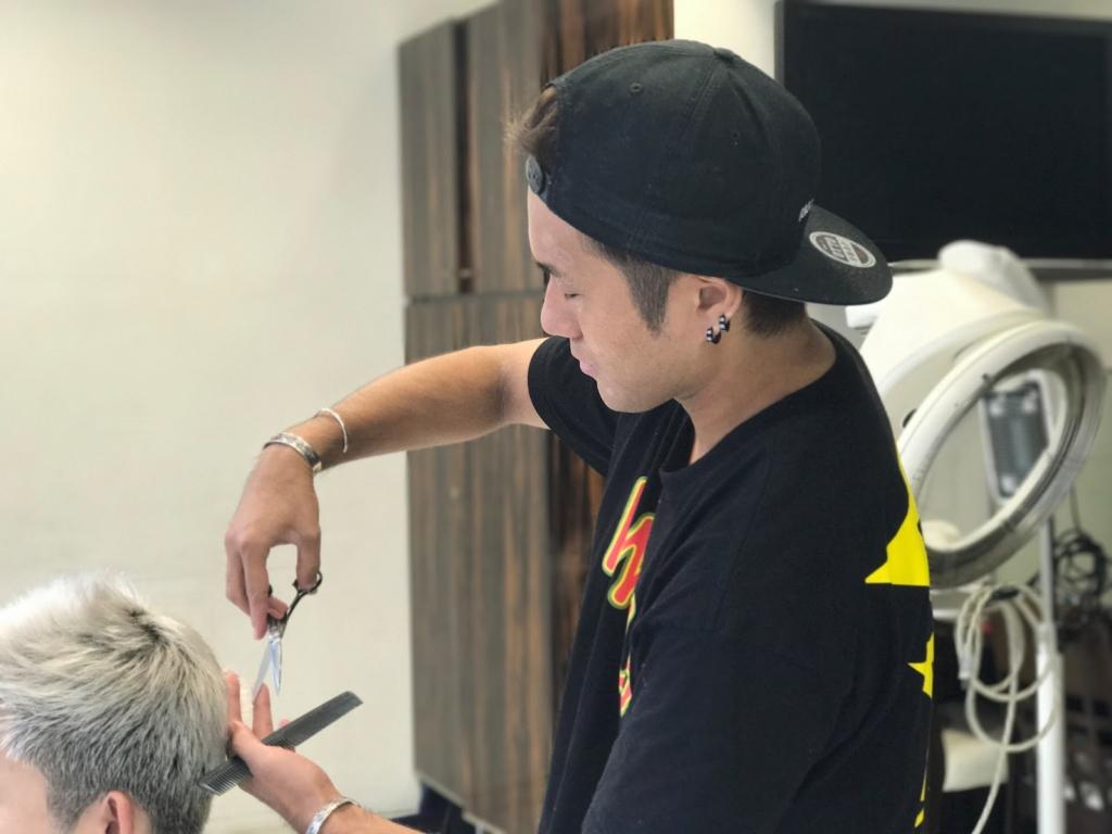 美容師の大月渉