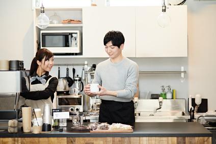 カフェで働く若者