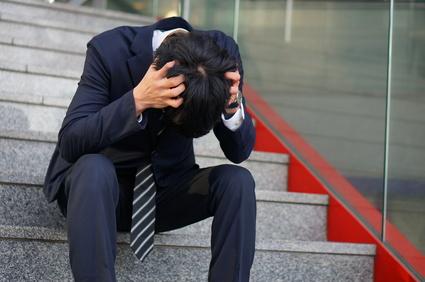 頭を抱えるビジネスマン