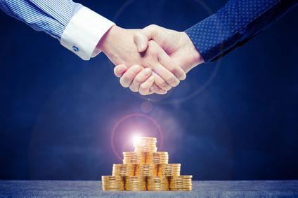 ビジネスマンの握手,たくさんのお金