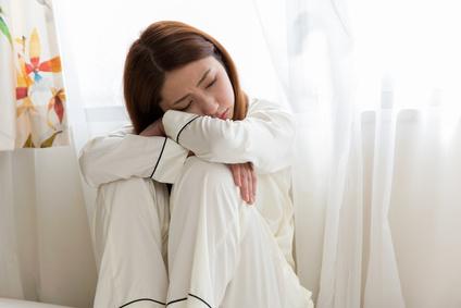 憂鬱なパジャマの女性