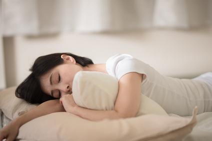 寝転ぶ女性・ベッド
