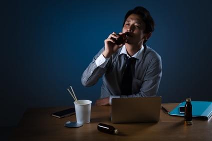 残業をするビジネスマンイメージ、飲む