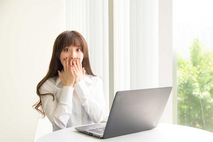 PCを操作する若い女性
