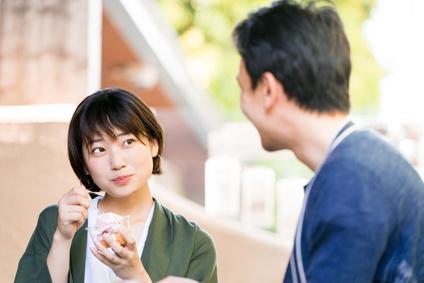 アイスクリームを食べる女性(デート・カップル)