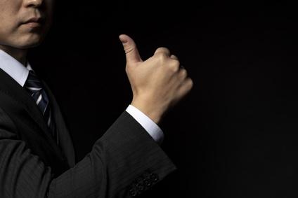 親指を立てたビジネスマン