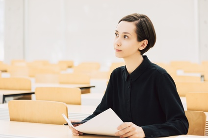 授業中の若い女性