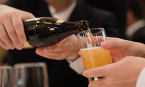 20代は飲み会での「お酌」否定派が7割超。では40-50代は…?