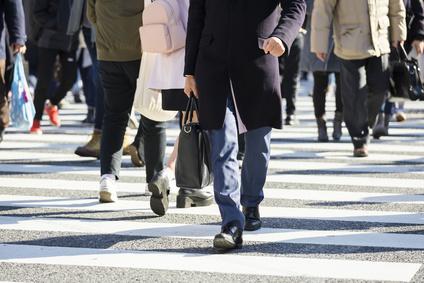 横断歩道を渡るビジネスマン