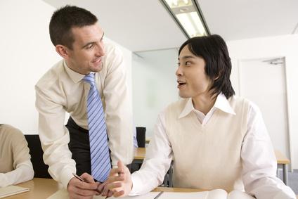 男性に英語を教える外国人講師