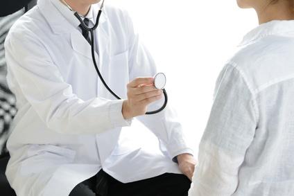 聴診器をかざす医師