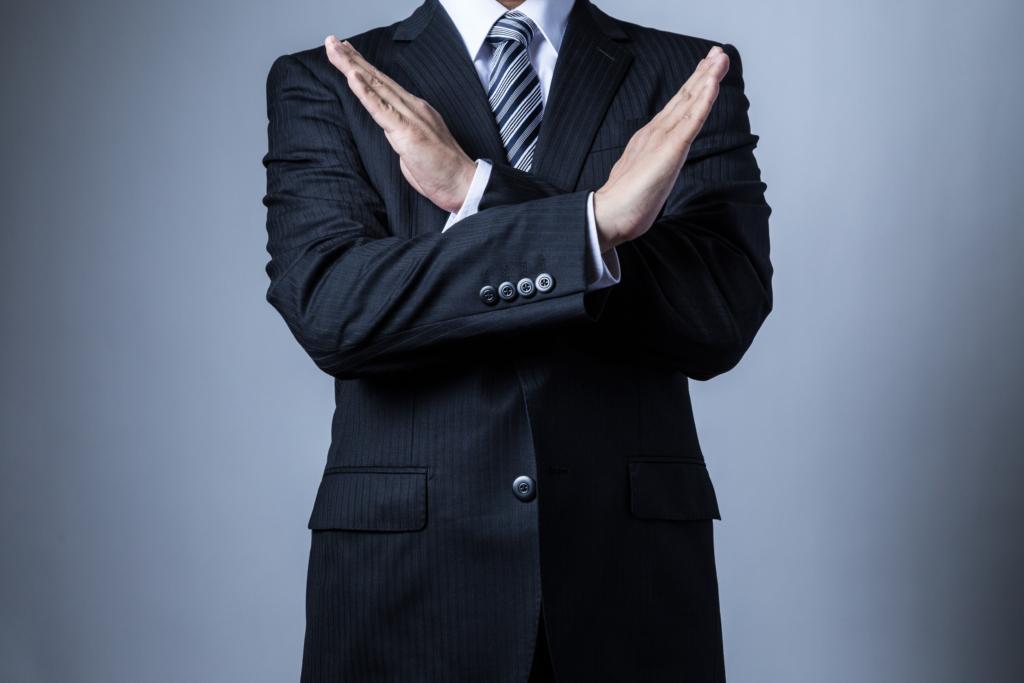 スーツを着ているビジネスマン、バツ、ばつ印