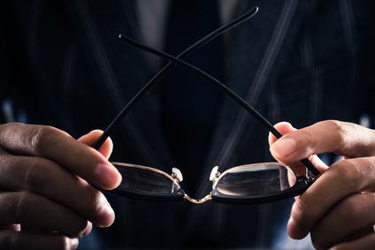 眼鏡を持つビジネスマン