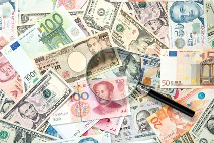 海外の紙幣と虫眼鏡