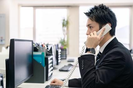 電話応対する男性