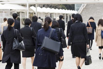 スーツの若い女性の後ろ姿の風景