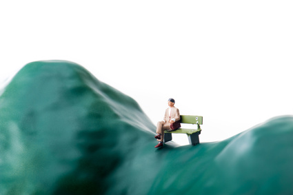ベンチに寂しく座るビジネスマン