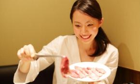 焼肉屋で同席者を「イラッとさせる行為」ワースト10。大量に焼く、半ナマ肉を強要…