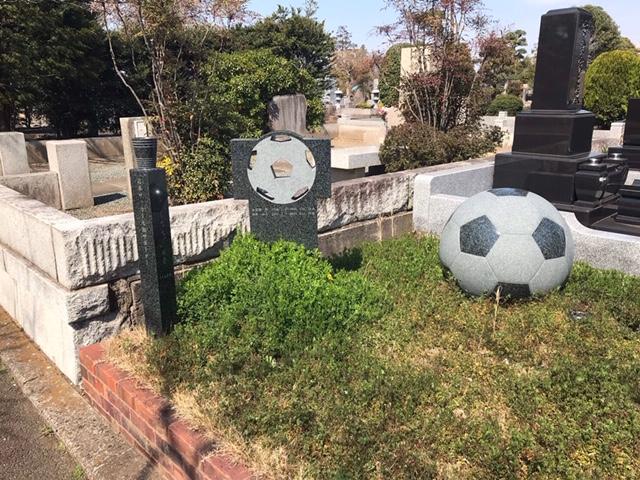 サッカーボールの形をした墓石