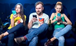 映画館でスマホいじる?20代男子に調査した驚きの結果