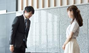 エレベーターで上司とバッタリ…微妙なタイミングだけど挨拶するべき?