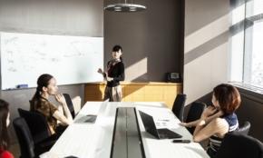 新入社員が会議で「座るとNGな席」は?デスクがコの字だと…