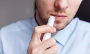 乾燥した唇を救う、おすすめリップクリーム5つ。20代男の清潔感に