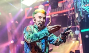 バーレスクTOKYO「月商1億円」の舞台裏。盛り上げるコツを人気MCに聞く