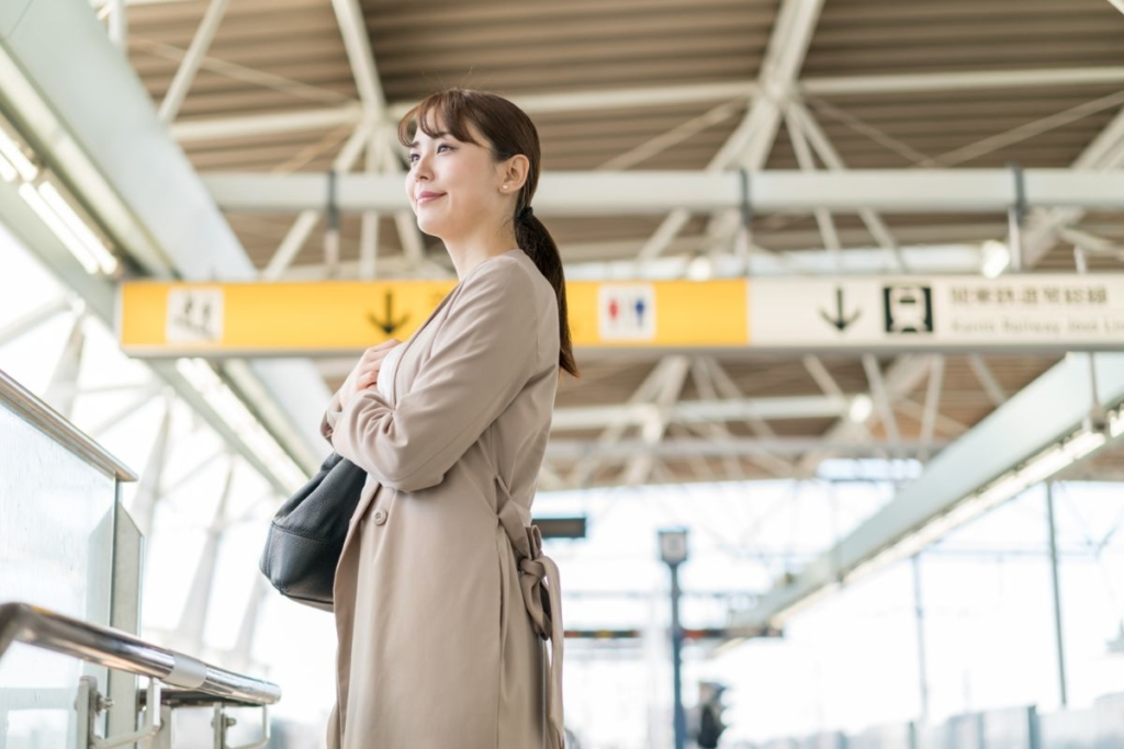 電車を待つ女性