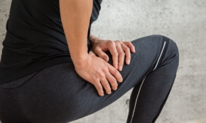 デスクワークでつらい腰痛に。座ったままできる「簡単エクササイズ」2種類