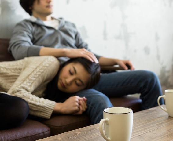 膝枕で寝る女性