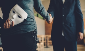 進化する特殊詐欺の手口10種類。カードや女性紹介も詐欺のツールに