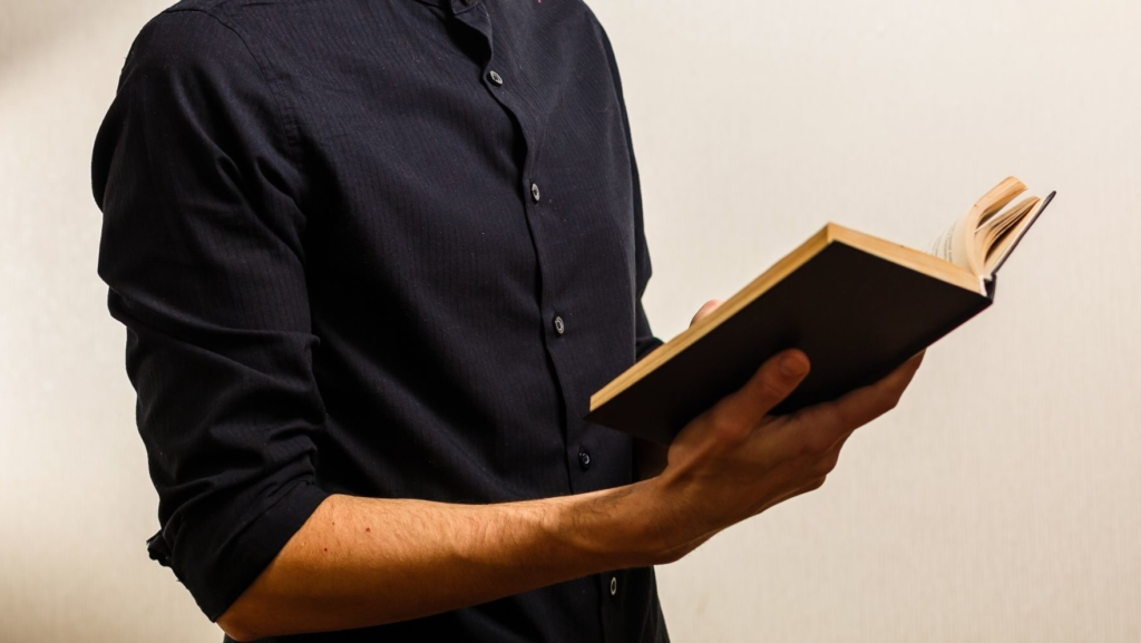 聖書を読む男性