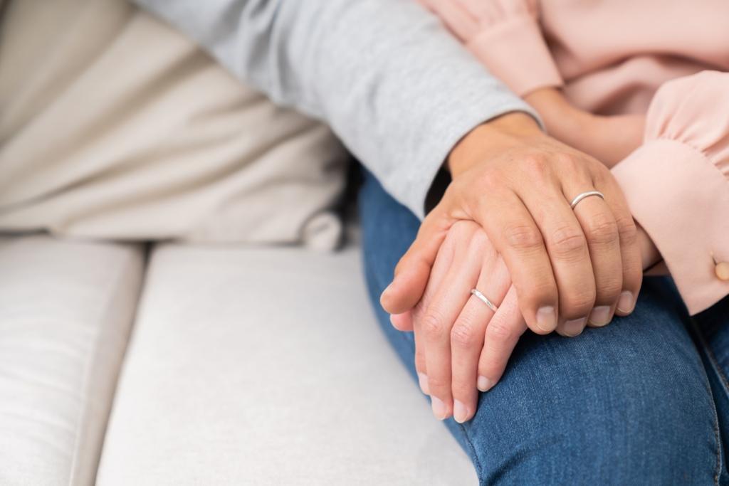 手を握る 男女