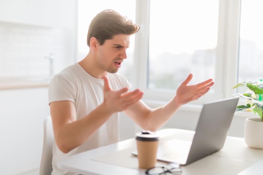 パソコン 怒る男性