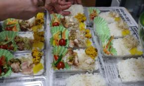 東京赤羽の小さなお店が、コロナ禍で「無料弁当」を配り続ける理由