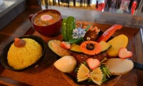 神保町の行列カレー店が「1万5千円のコース料理と同じ気持ち」を一皿にかける理由