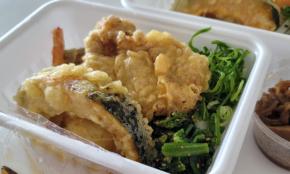 """370円「はなまるうどん弁当」を実食。""""ソックリ""""な丸亀製麺の弁当とどっちがうまいか"""