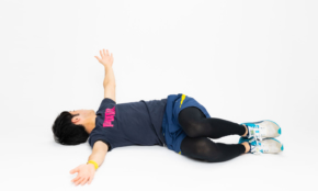 丸まった姿勢は腰痛の原因に。モテ姿勢を作るためのストレッチ2つ